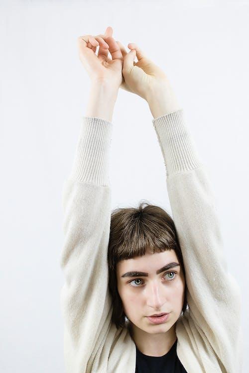 Kostnadsfri bild av armar uppvuxna, brunett, cardigan, Framställ