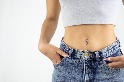 Безкоштовне стокове фото на тему «білий фон, бавовна, Дівчина, джинси»