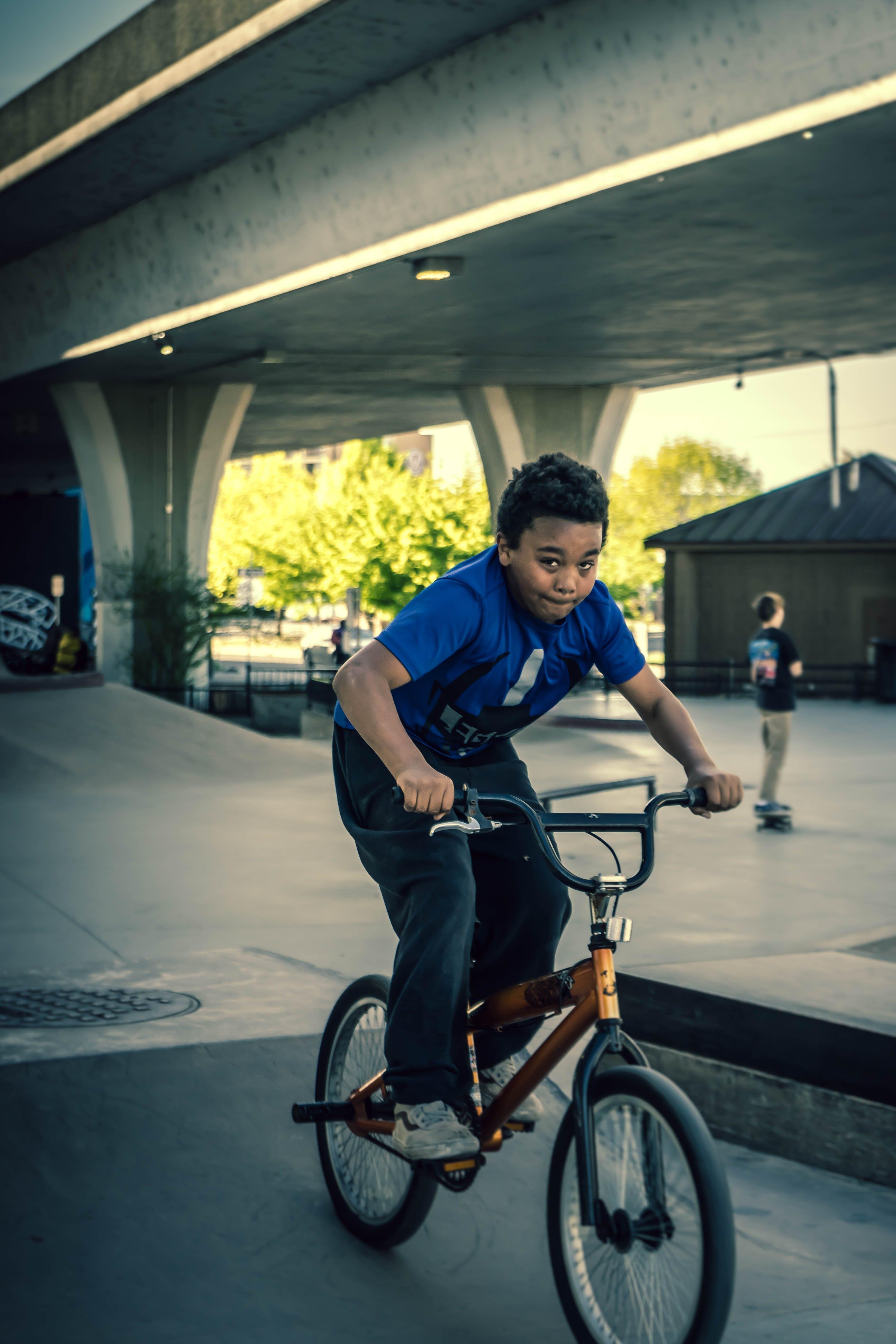 アフリカ系アメリカ人の少年, スケートパーク, バイク, パークの無料の写真素材