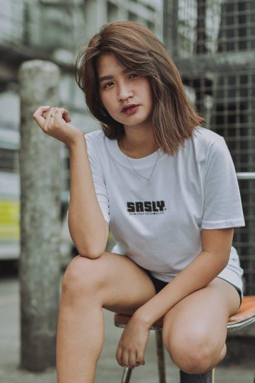 bílá košile, brunetka, dívání