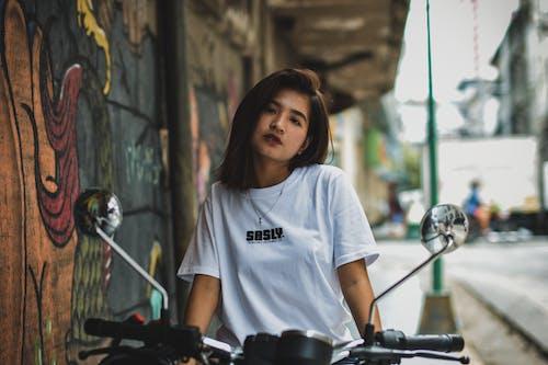Foto d'estoc gratuïta de art de carrer, asiàtica, bellesa, bici