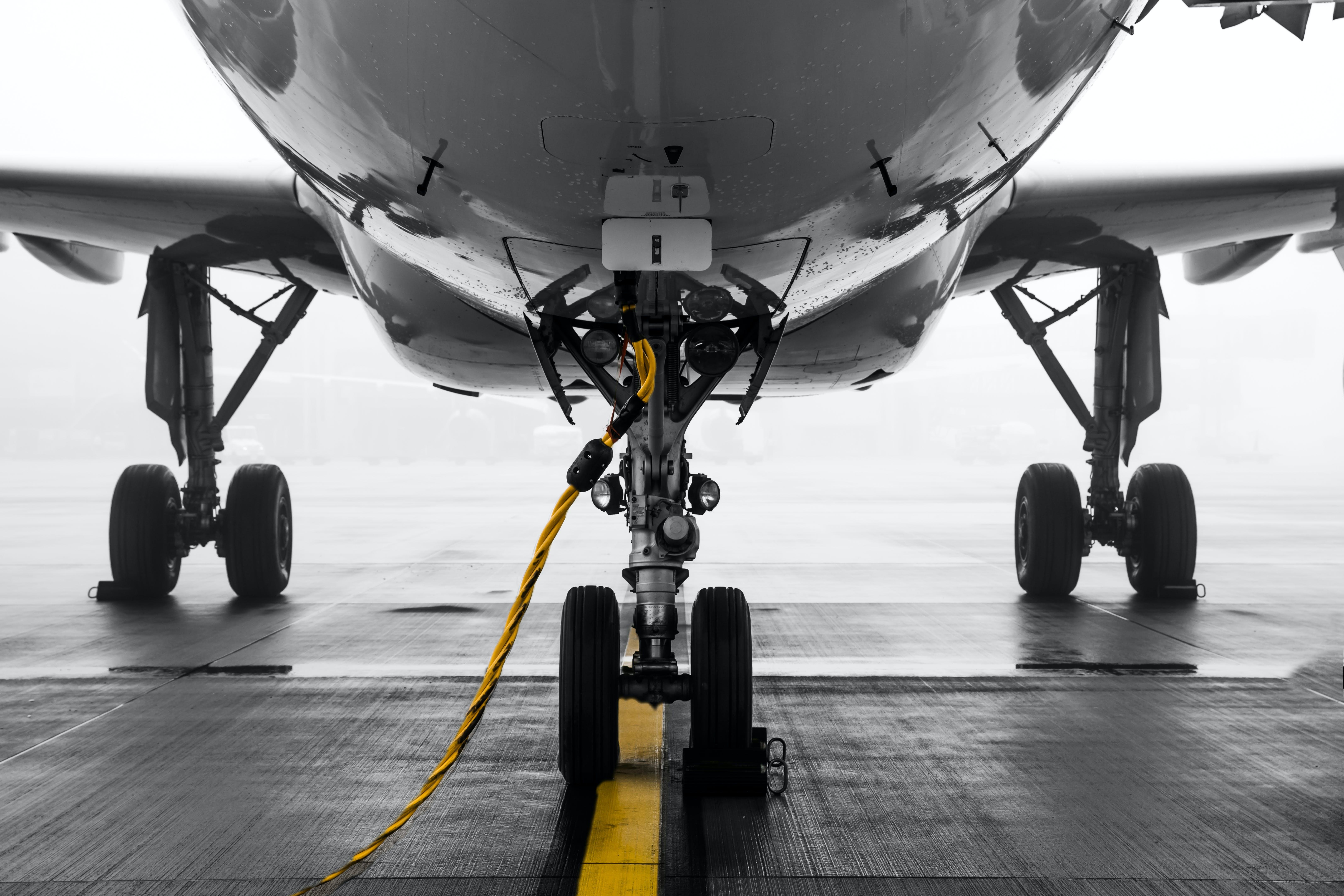 Kostenloses Stock Foto zu bürgersteig, düsenflugzeug, fahrbahn, fahrzeug