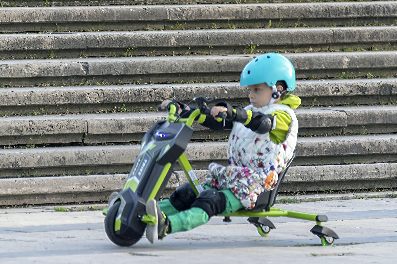 Základová fotografie zdarma na téma chůze, dítě, elektrický, helma
