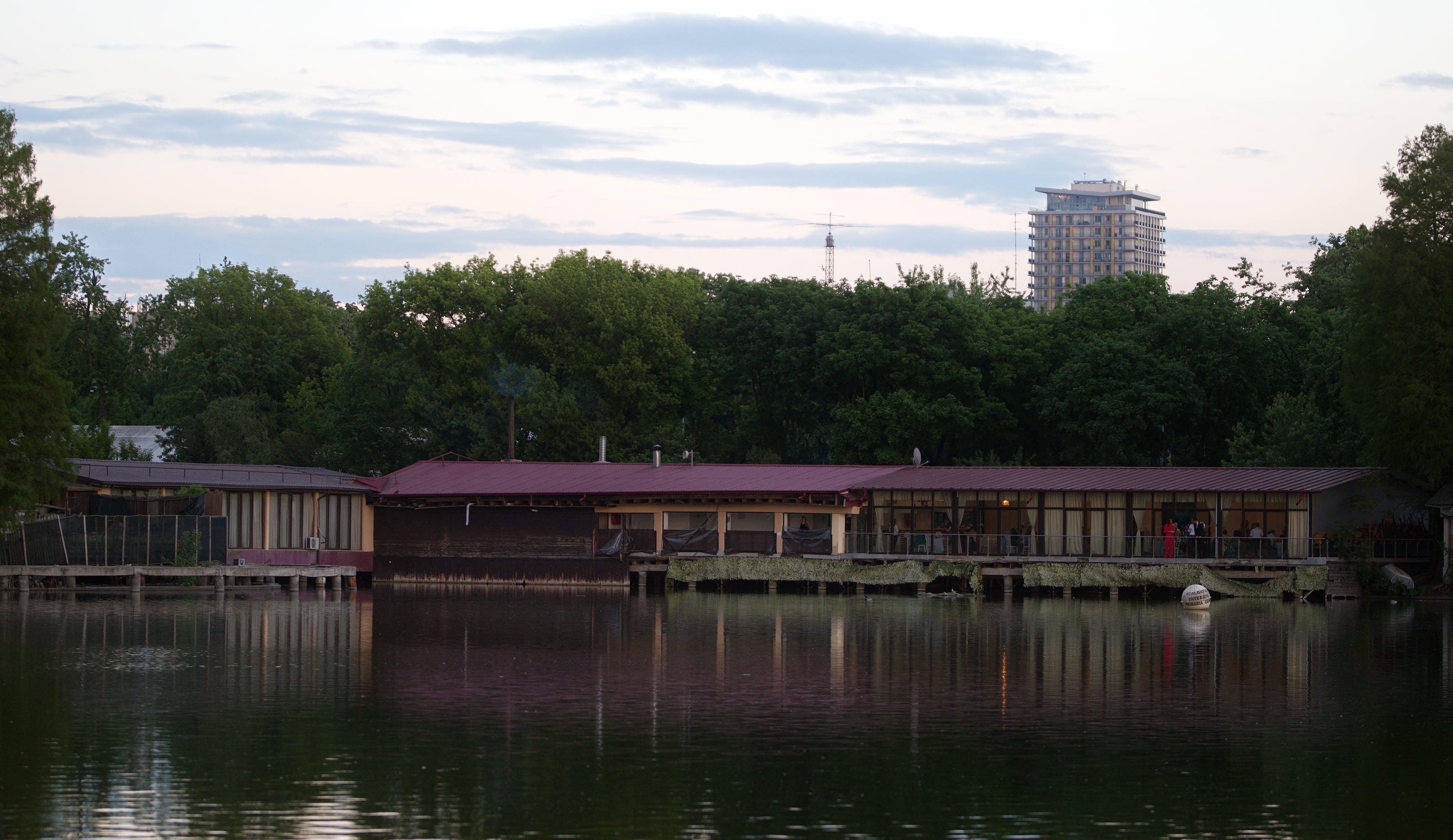 คลังภาพถ่ายฟรี ของ ตึก, ต้นไม้, ทะเลสาป, ท้องฟ้า