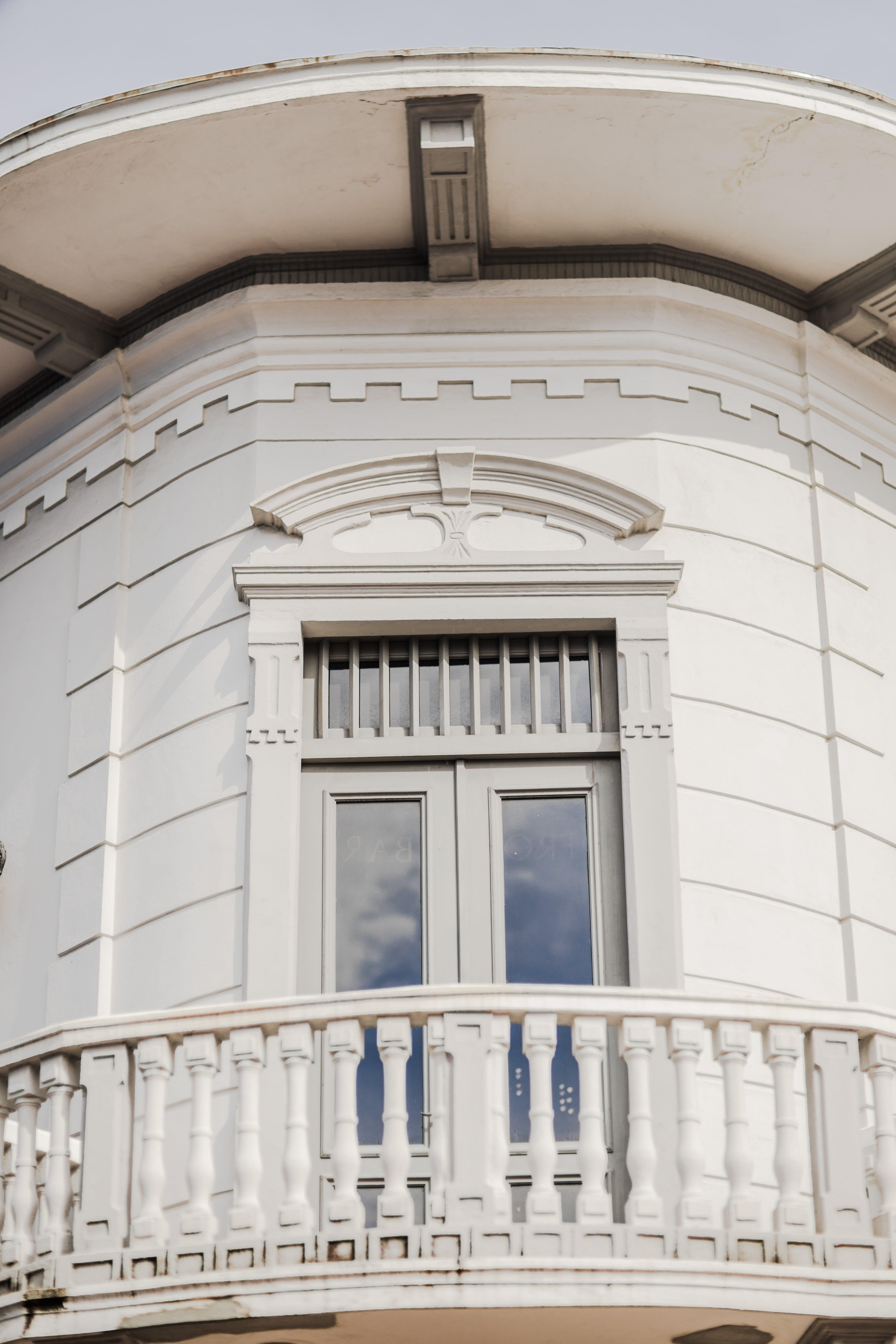 Kostenloses Stock Foto zu bogenfenster, fensterscheibe, gebäude, himmel