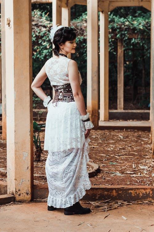 arkadan görünüm, ayakta, bağcık, Beyaz elbise içeren Ücretsiz stok fotoğraf
