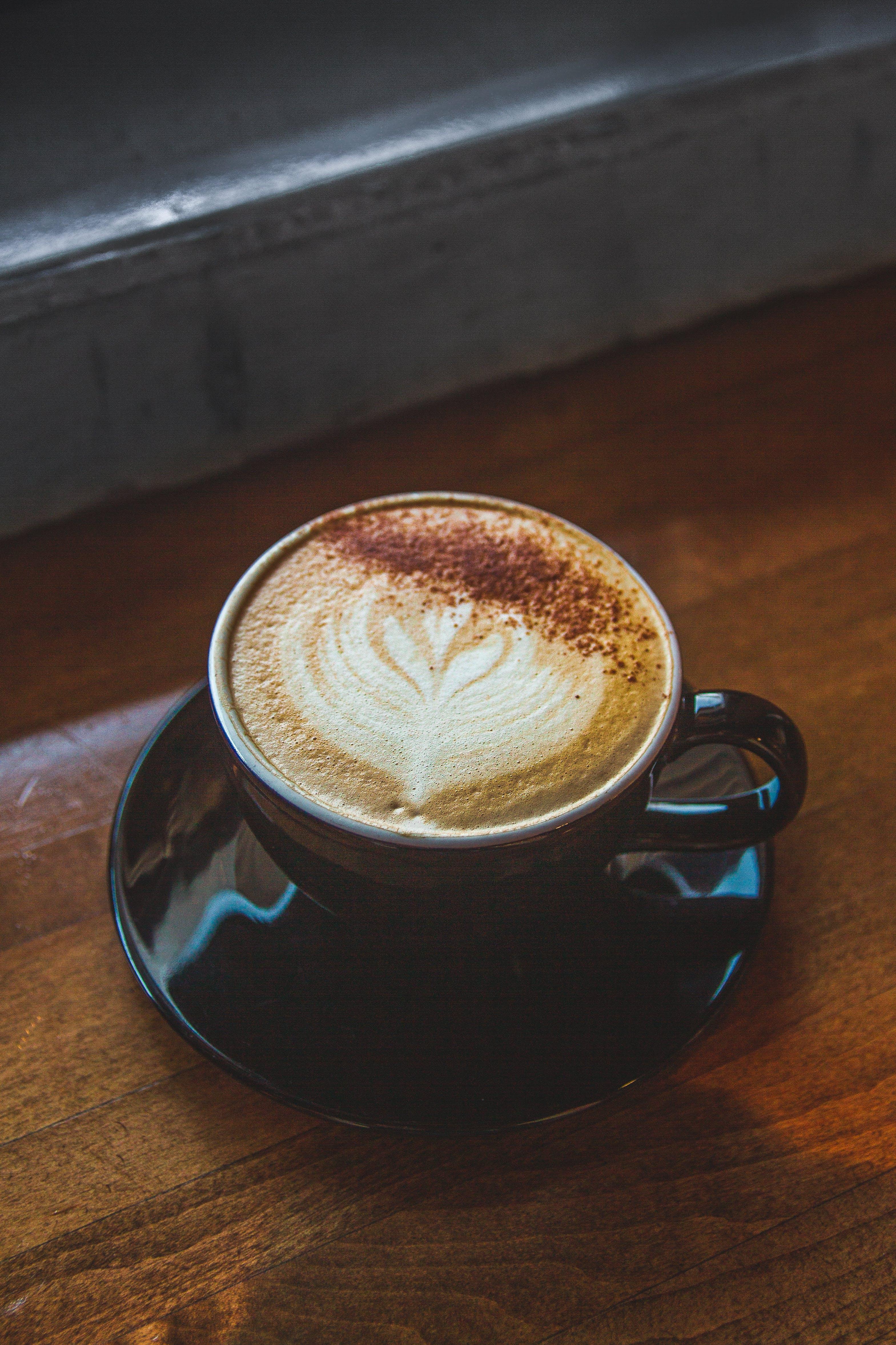 Základová fotografie zdarma na téma barista, caffè latte, caffè latte art, dřevěný