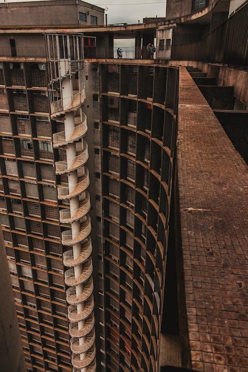 Darmowe zdjęcie z galerii z architektura, beton, biznes, brązowy