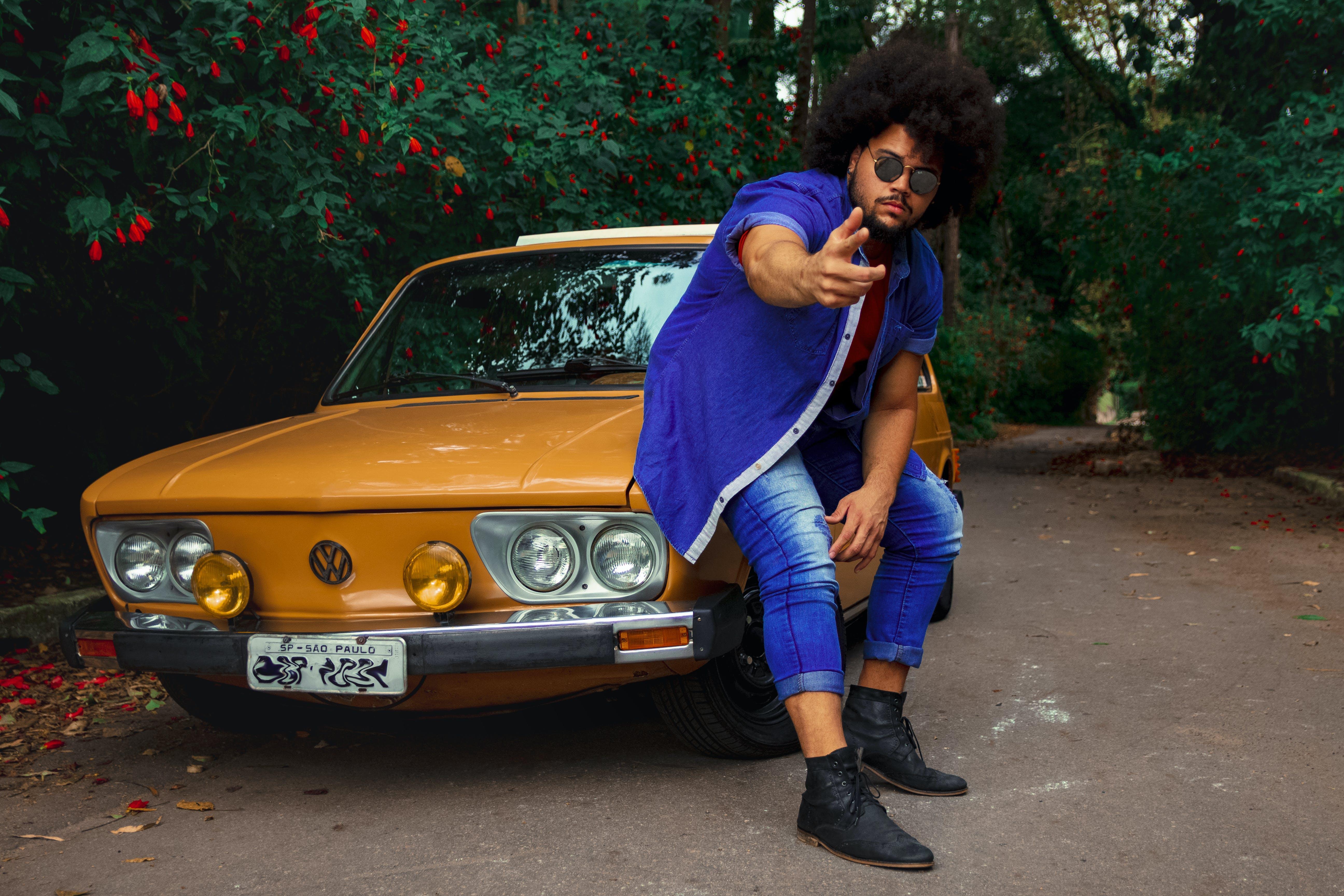 Ingyenes stockfotó afro haj, álló kép, arcszőrzet, autó témában