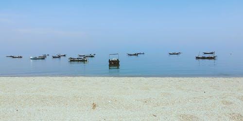 Fotos de stock gratuitas de barco de madera, costa, día soleado, playa de arena