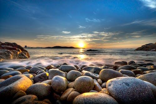Photos gratuites de aube, bord de mer, caillou, ciel