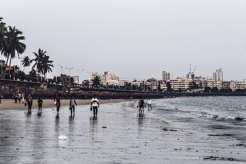 Foto d'estoc gratuïta de multitud a la platja del mar, mumbai, paisatge de platja, passejada al vespre
