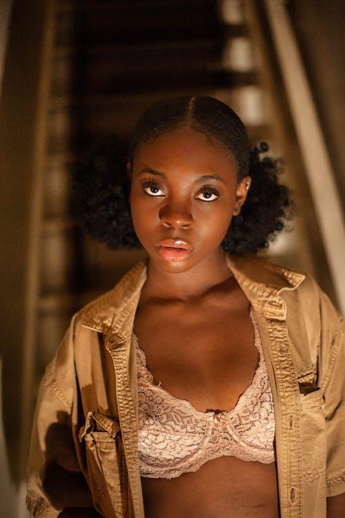 Ingyenes stockfotó afrikai nő, afro-amerikai nő, áll, álló kép témában
