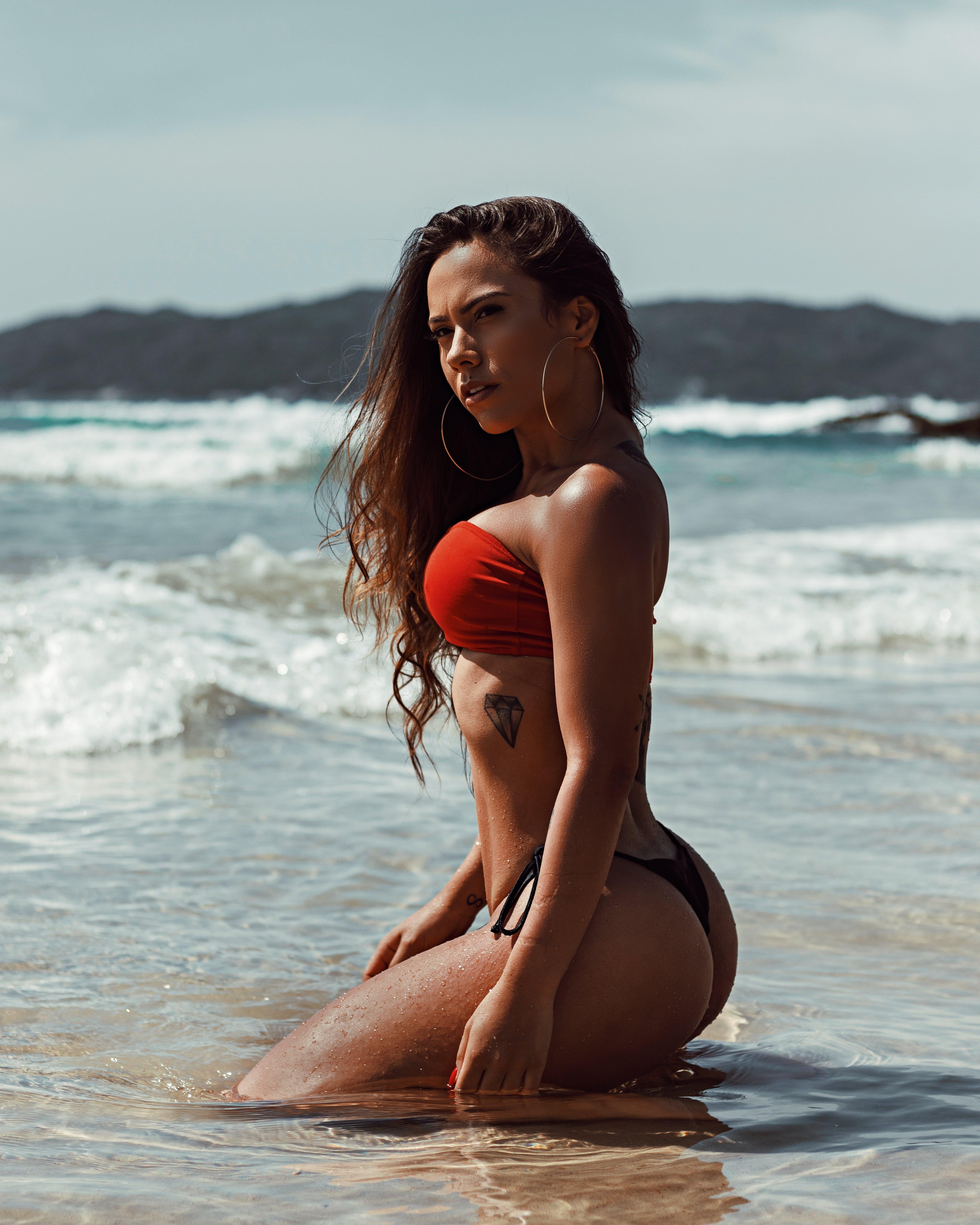 Ingyenes stockfotó barna, bikini, napozás, strand témában
