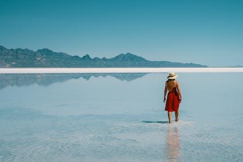 Foto d'estoc gratuïta de a l'aire lliure, aigua, dona, illa