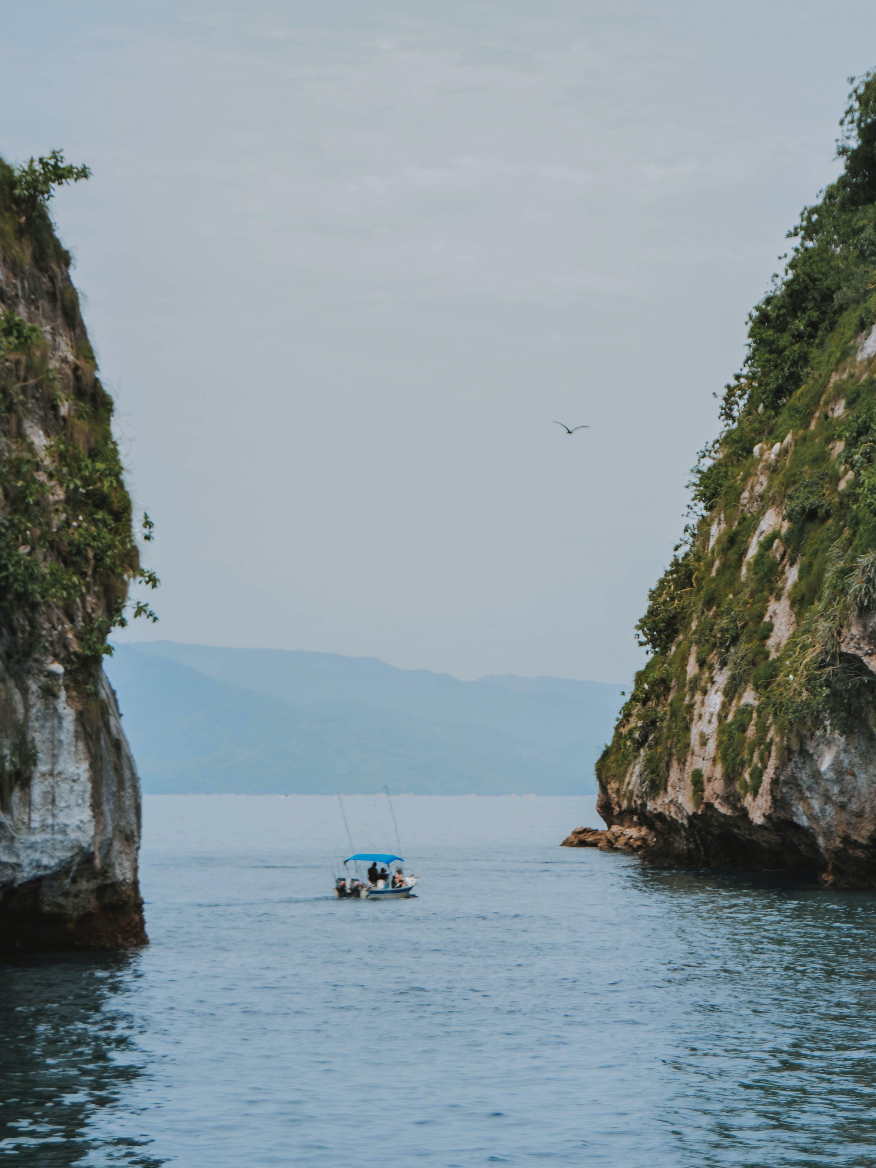 Δωρεάν στοκ φωτογραφιών με άτομα, βάρκα, βουνά, γαλάζιος ουρανός