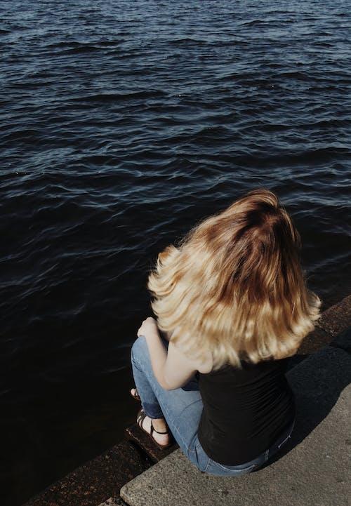 Kostenloses Stock Foto zu blondes haar, draußen, erholung, fluss