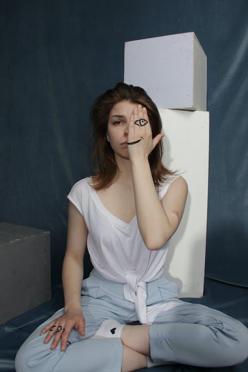 Foto d'estoc gratuïta de assegut, bonic, cabell, dama