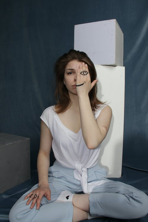 женщина сидит на полу