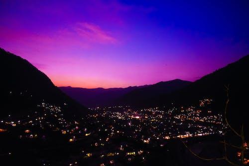 dağlar, Kent, mor gökyüzü, şehir Işıkları içeren Ücretsiz stok fotoğraf