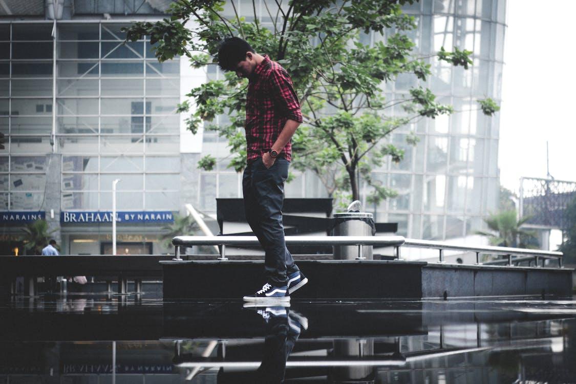 a l'aire lliure, caminant per la pluja, caminant sobre l'aigua