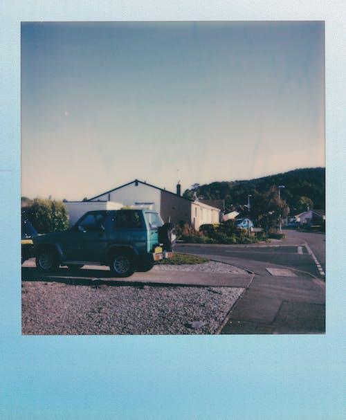 Gratis arkivbilde med bil, dagslys, gate, hus