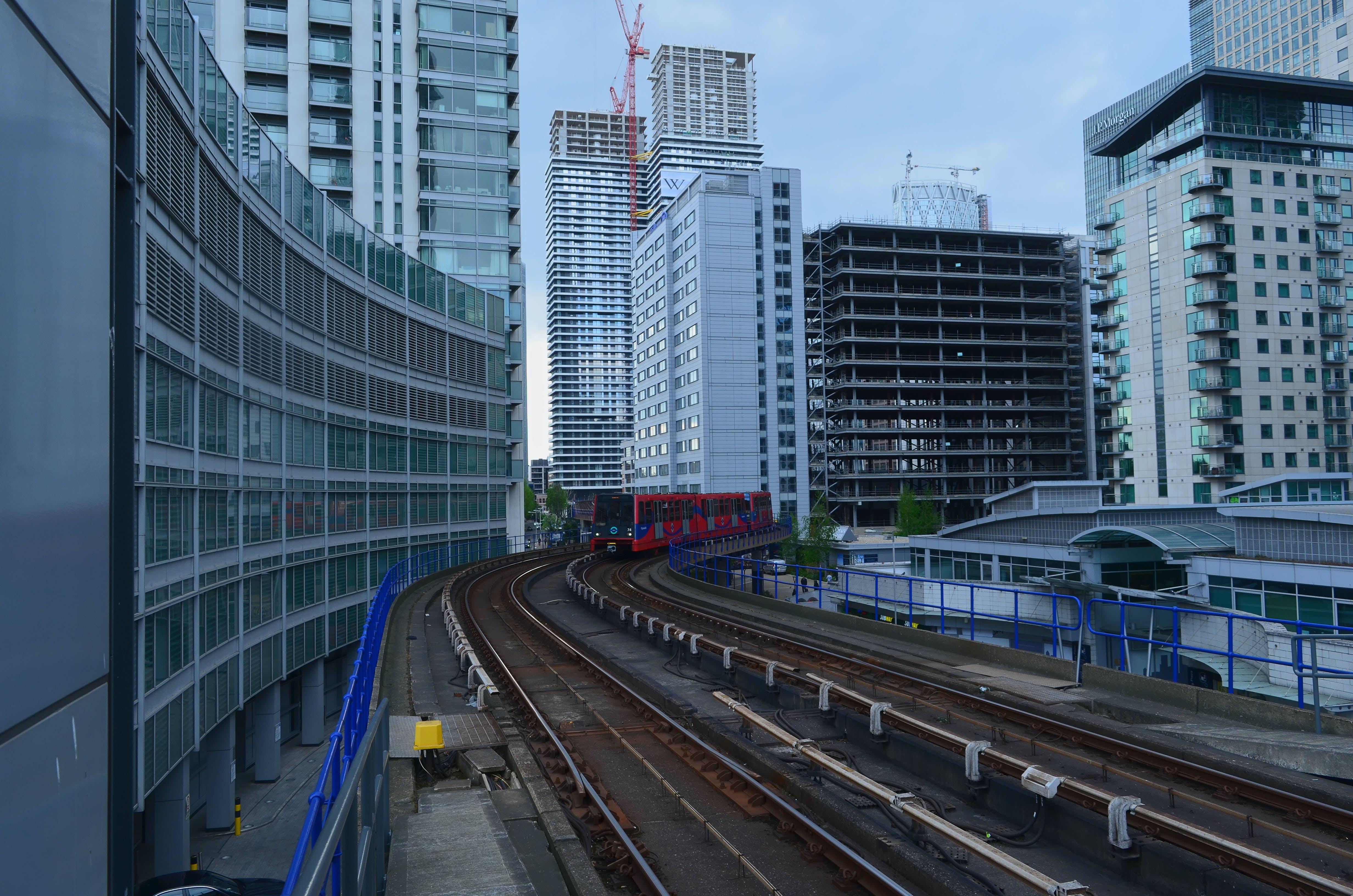 antrenman yaptırmak, binalar, demiryolları, demiryolu hatları içeren Ücretsiz stok fotoğraf