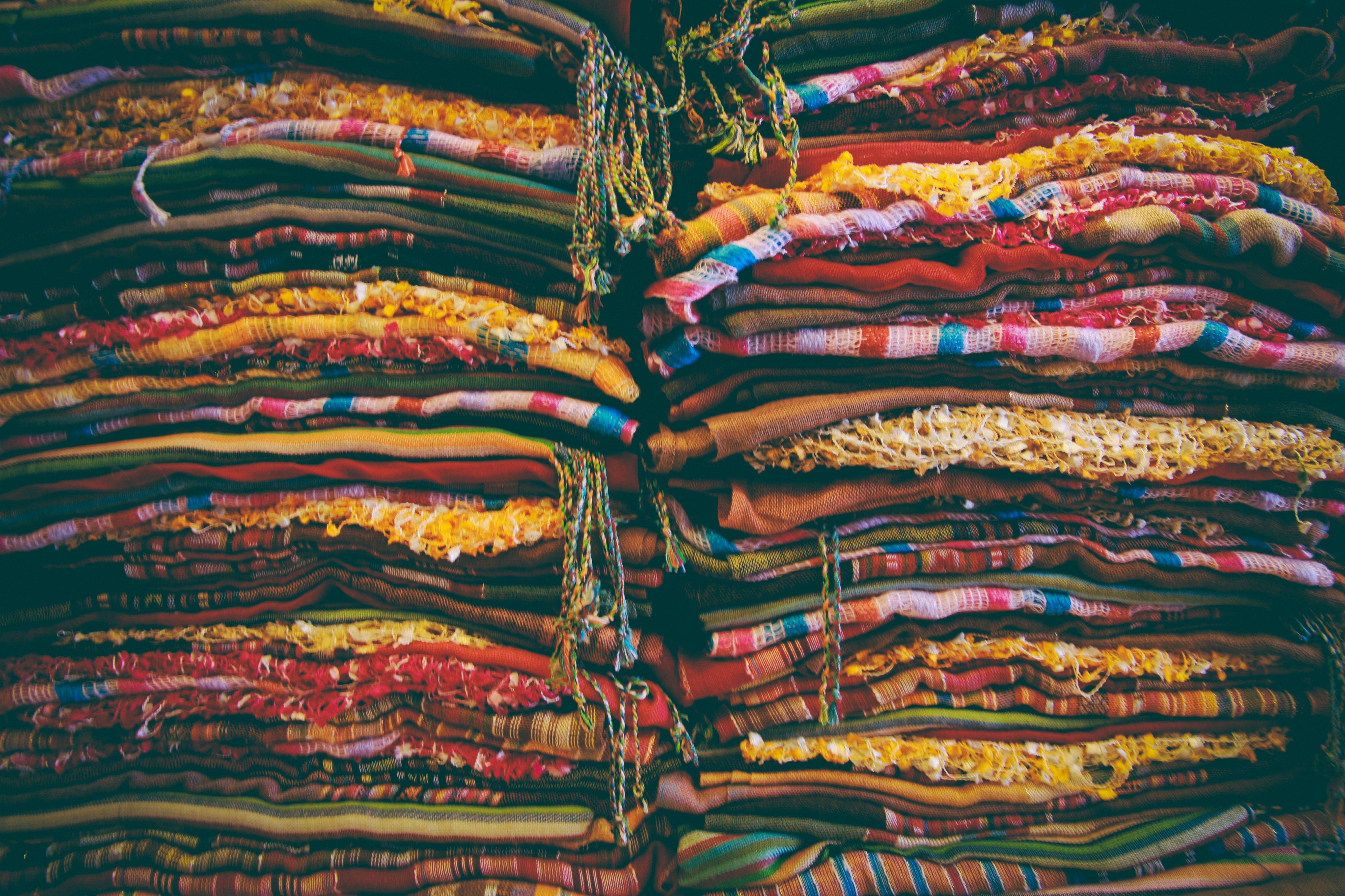 Darmowe zdjęcie z galerii z pstrokacizna, tekstylia, tkanina, ułożony w stos