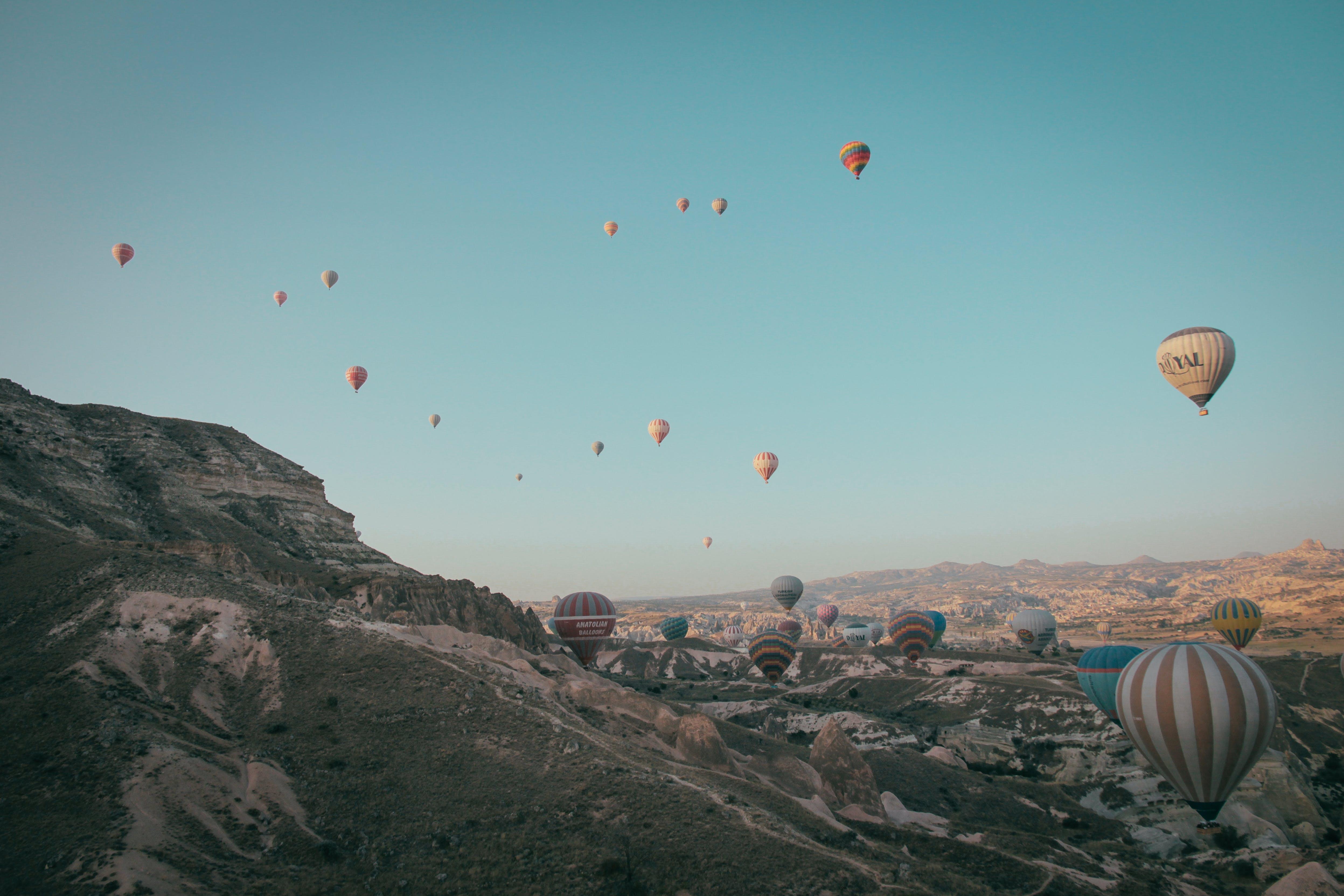 Gratis lagerfoto af balloner, bjerge, eventyr, flyrejse