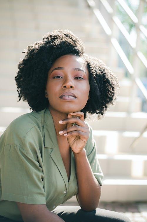 Ilmainen kuvapankkikuva tunnisteilla afrikkalainen nainen, afro hiukset, asento