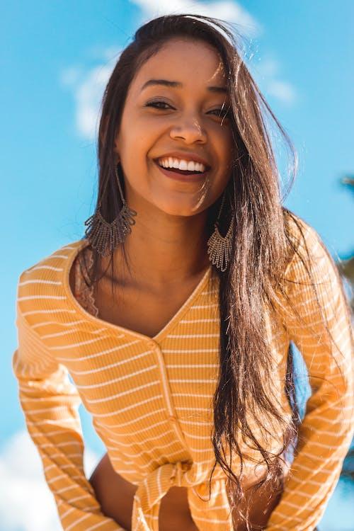 Ingyenes stockfotó álló kép, boldog, mosolygás, nő témában