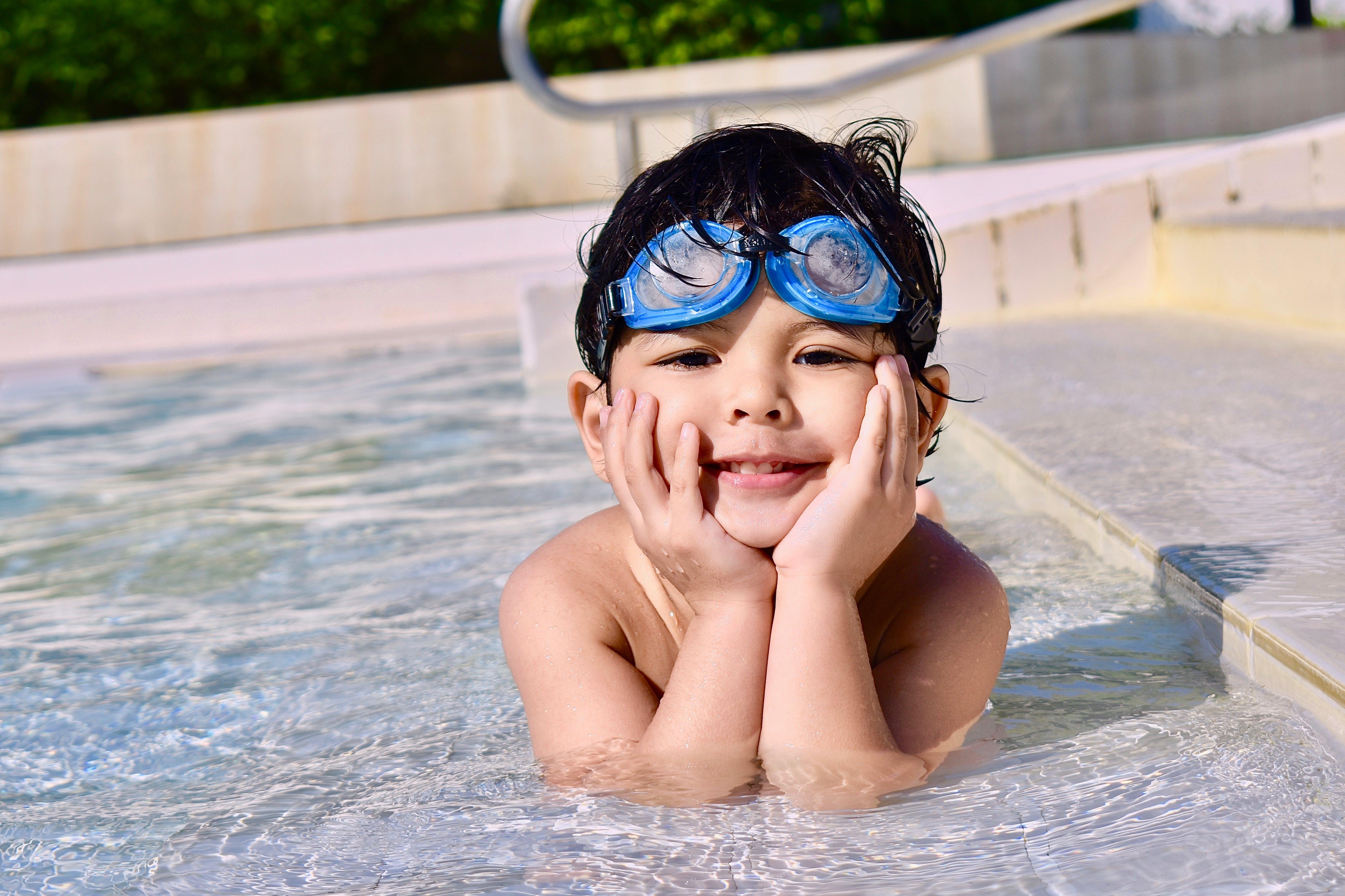 Kostenloses Stock Foto zu brille, einbaum-pool, jung, junge