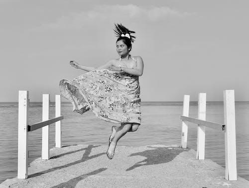Foto d'estoc gratuïta de blanc i negre, desgast, dona, foto d'un salt