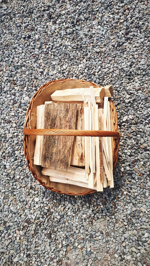 Darmowe zdjęcie z galerii z drewno, kamienie, kłody, kosz