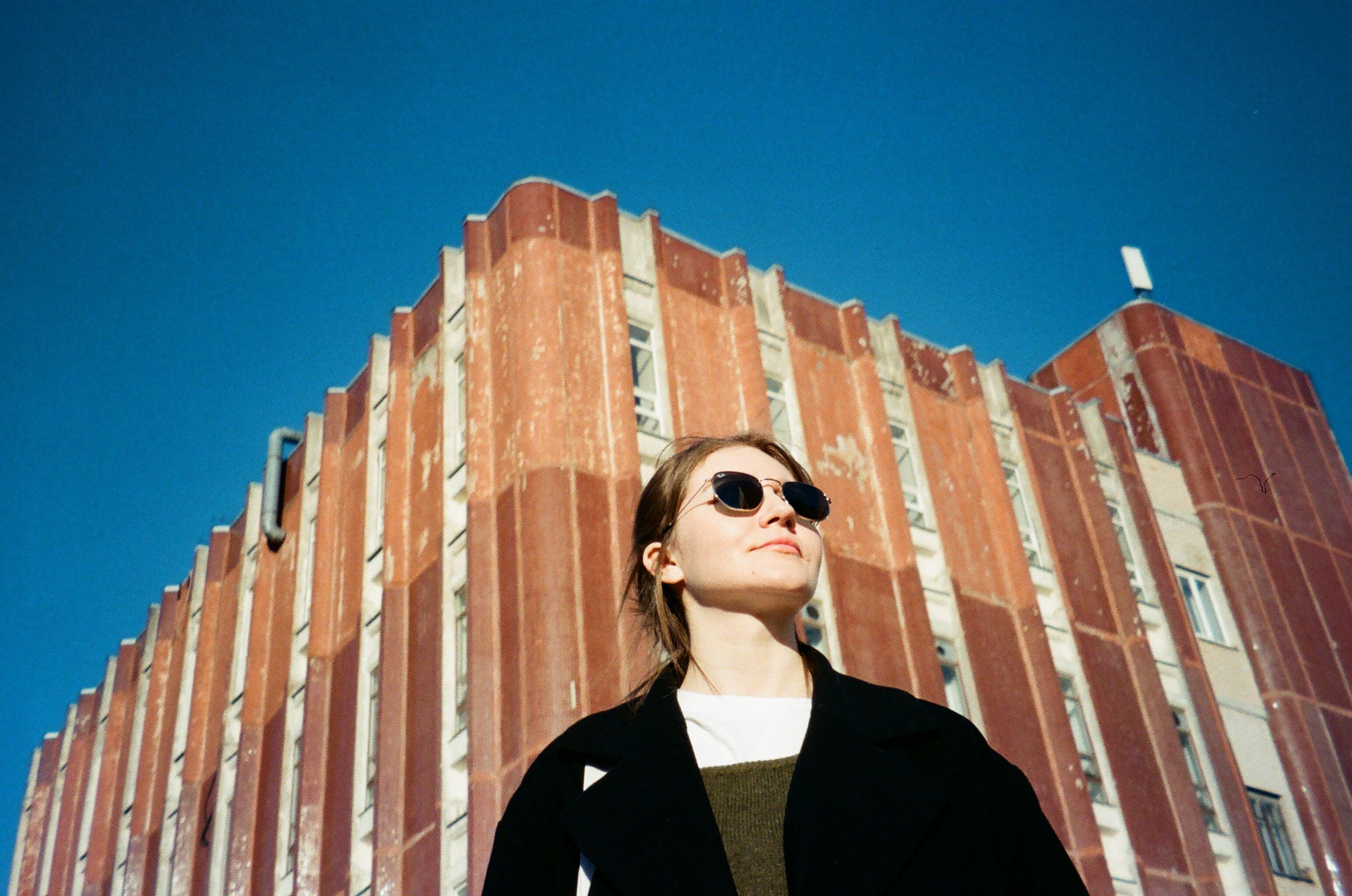 Gratis lagerfoto af arkitektur, bygning, kvinde, person