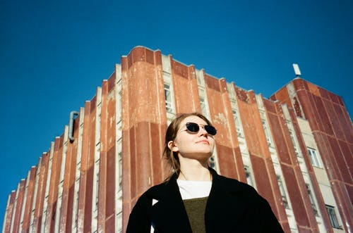 Darmowe zdjęcie z galerii z architektura, budynek, kobieta, osoba