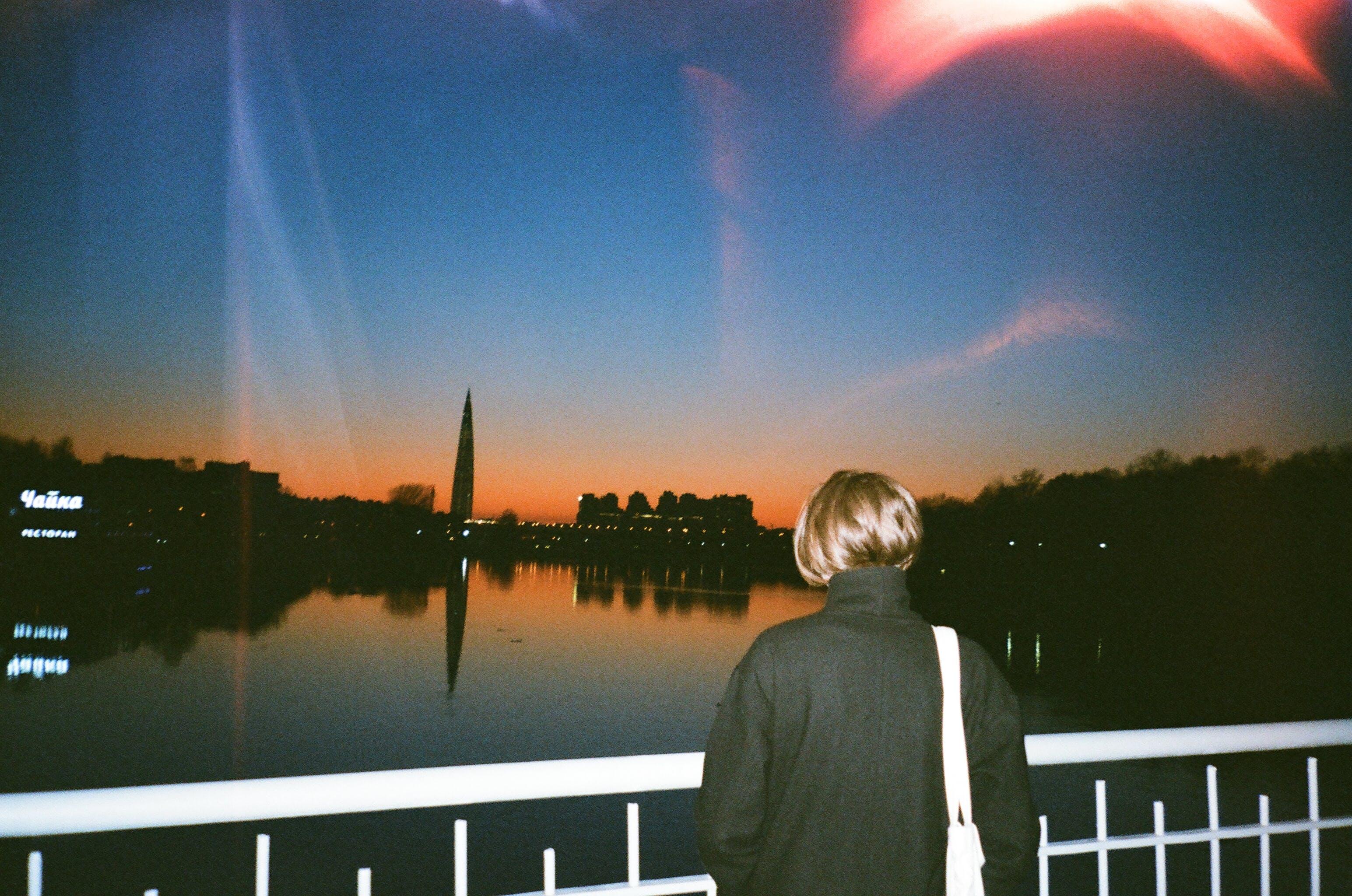 Gratis lagerfoto af flod, kvinde, morgengry, person