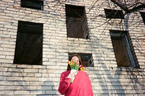 Darmowe zdjęcie z galerii z budynek, bukiet, kobieta, kwiaty
