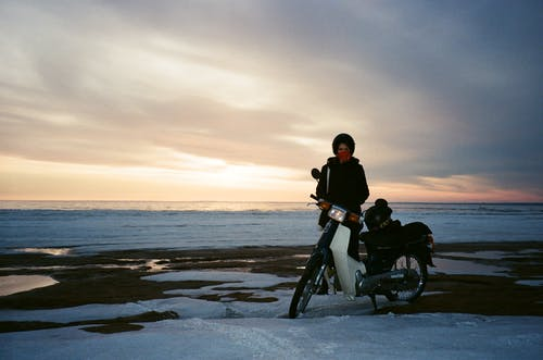 Gratis lagerfoto af kvinde, morgengry, motorcykel, person