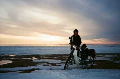Fotobanka sbezplatnými fotkami na tému človek, motocykel, šero, svitanie