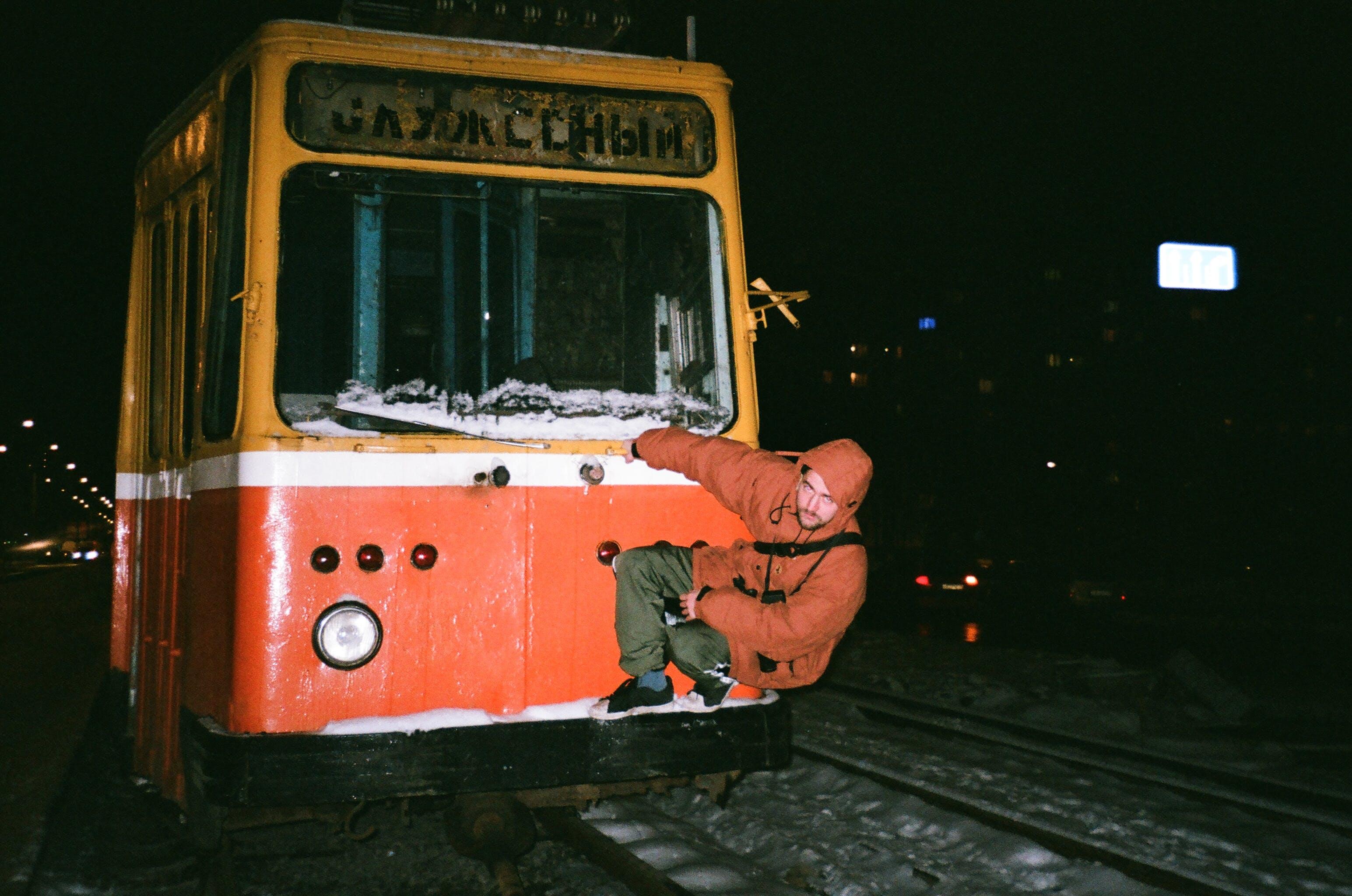 Gratis lagerfoto af mand, person, tog, togbane