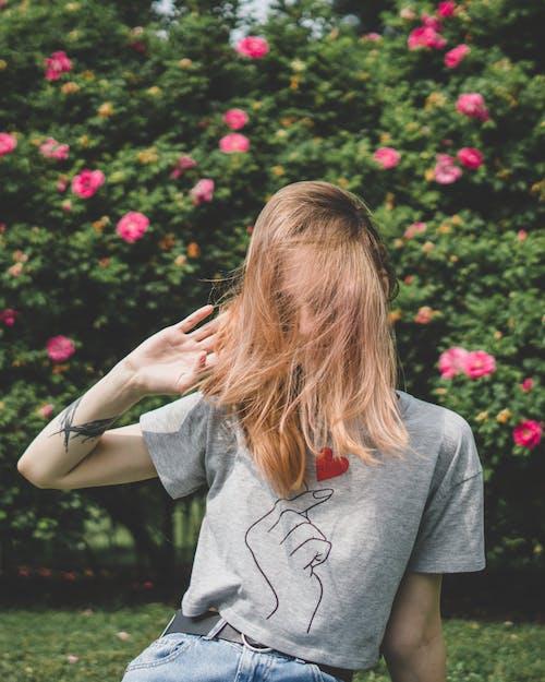 Darmowe zdjęcie z galerii z blond, kobieta, koszula, lato