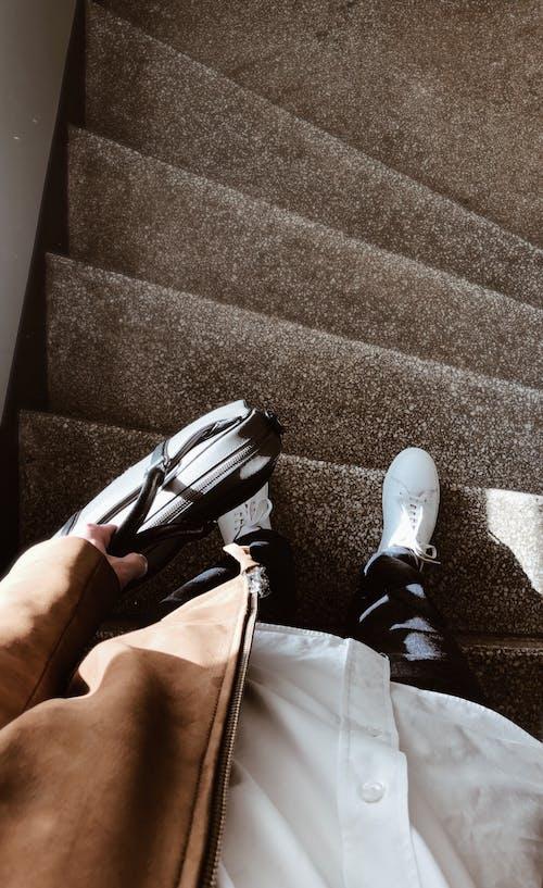 Fotobanka sbezplatnými fotkami na tému aktovka, hala, schodisko, schody