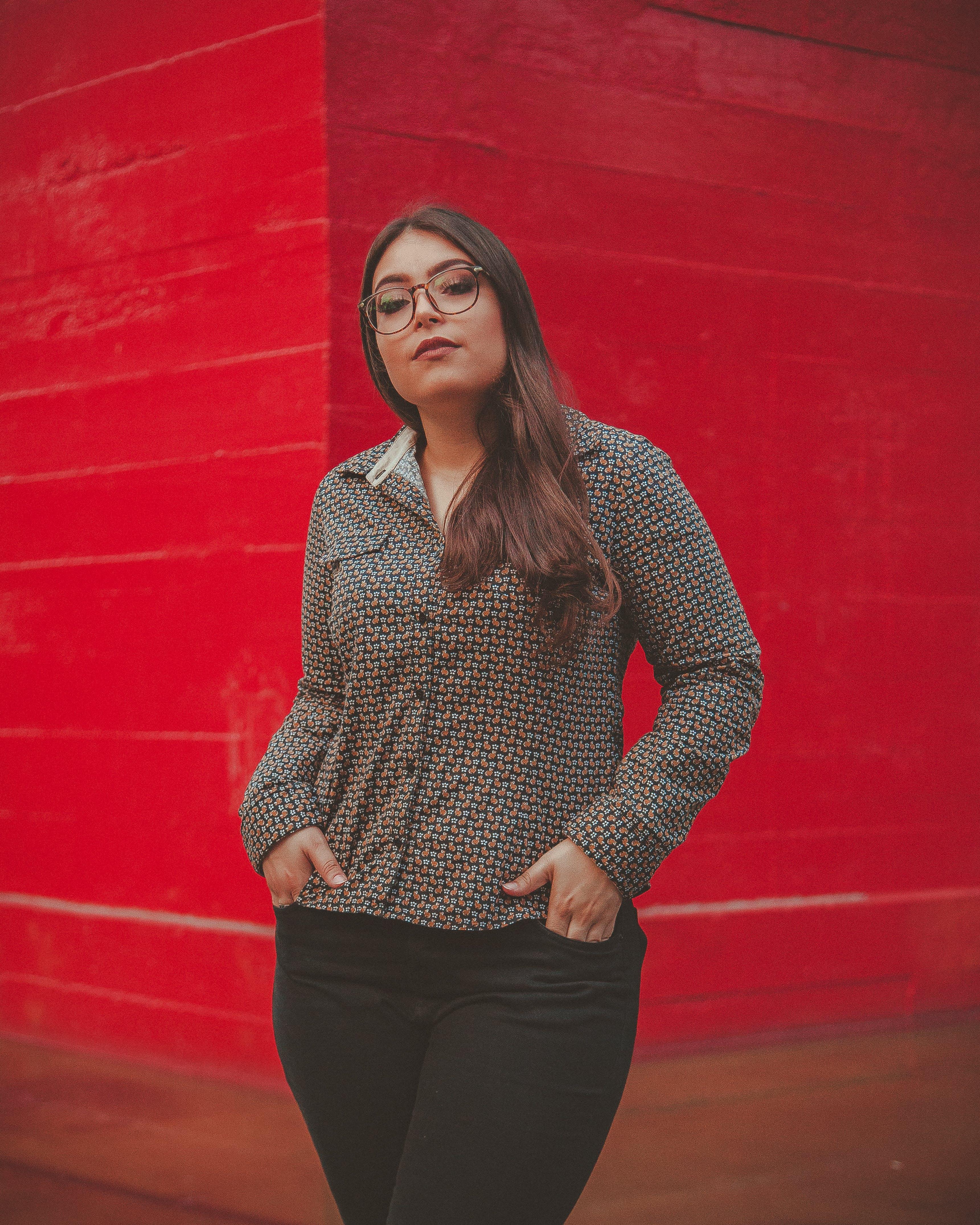 Darmowe zdjęcie z galerii z brunetka, czerwony, kobieta, mur