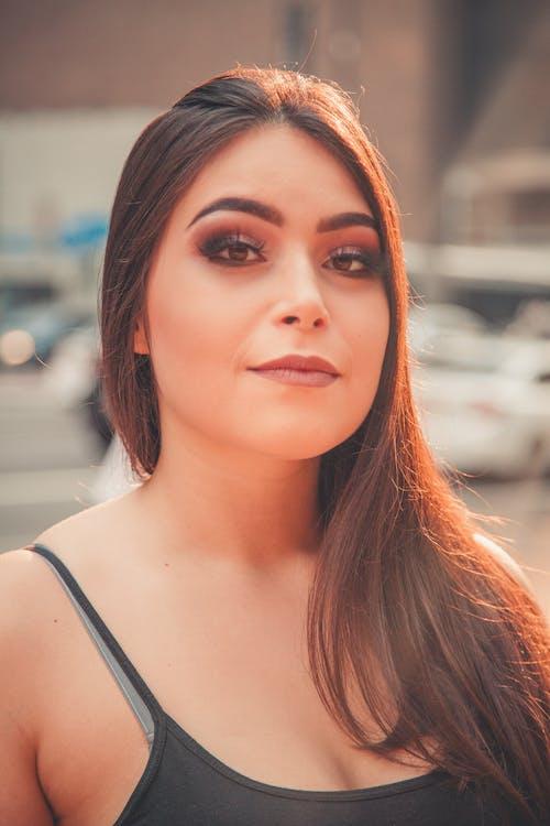 Darmowe zdjęcie z galerii z brunetka, czarny top, kobieta, ładny