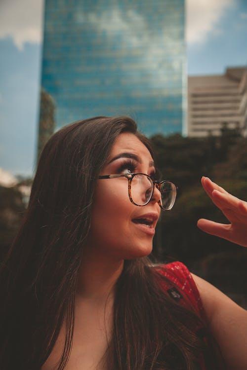 Gratis stockfoto met aantrekkelijk mooi, bril, brillen, buiten