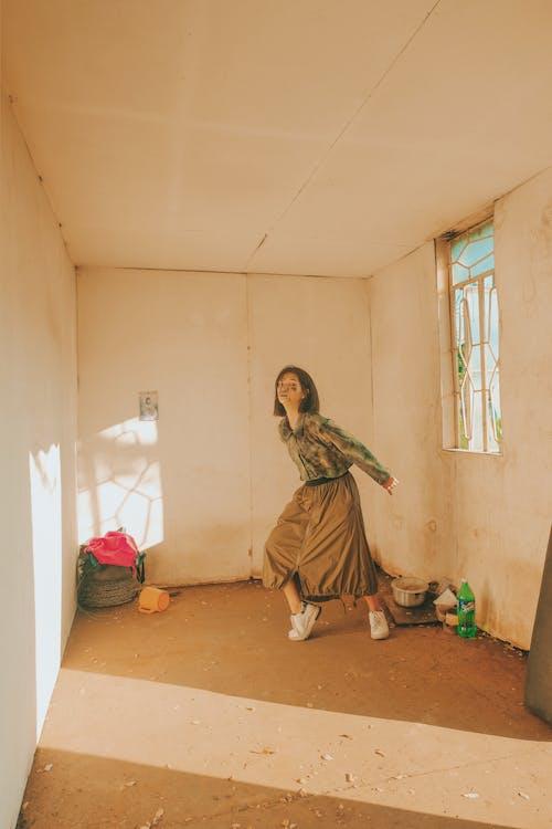 女人, 女性, 室內, 建築 的 免费素材照片