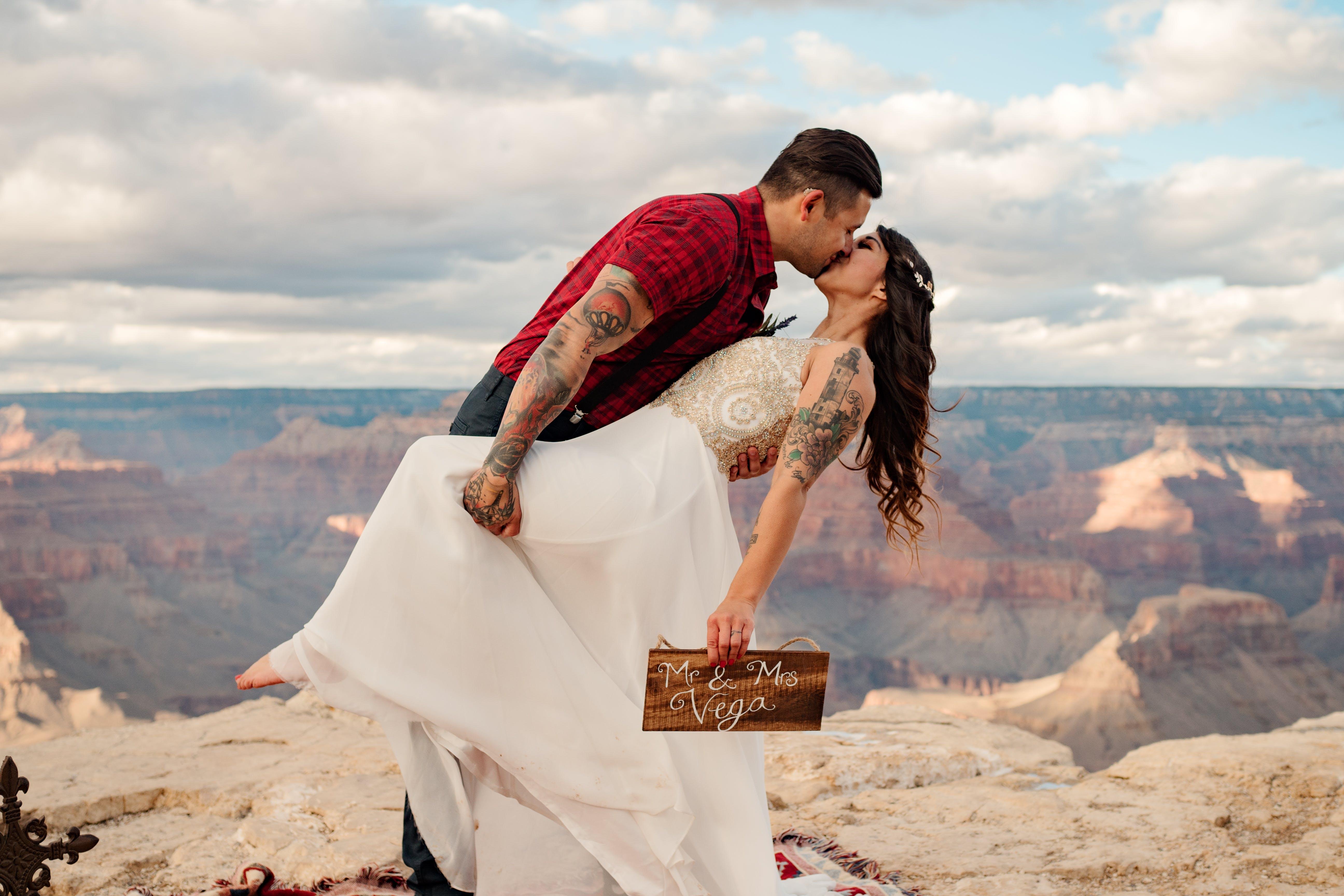 Foto d'estoc gratuïta de a l'aire lliure, amor, besant, boda