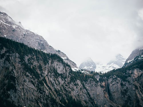 Foto profissional grátis de cênico, com frio, enevoado, montanha