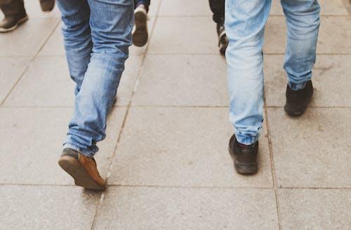 藍色牛仔褲的男人